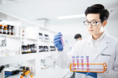 셀트리온 연구진이 후속 바이오시밀러 제품화를 위한 연구를 진행하고 있다.