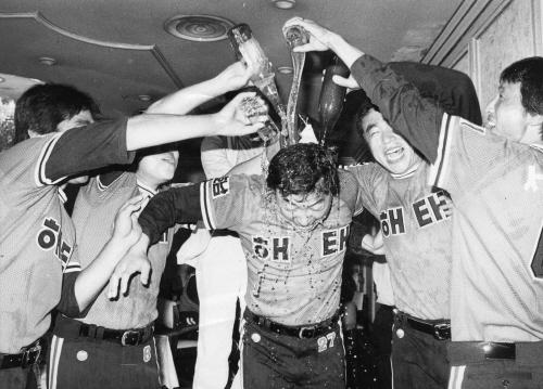 83년 프로야구 전기리그에서 우승한 해태타이거즈 선수들이 주장 김봉연 선수에게 샴페인을 부으며 자축하고 있다. 중앙포토