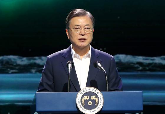 문재인 대통령이 24일 오후 경기 김포시 민간 온라인 공연장인 캠프원에서 열린 디지털뉴딜문화콘텐츠산업 전략보고회에 참석, 연설하고 있다. 연합뉴스