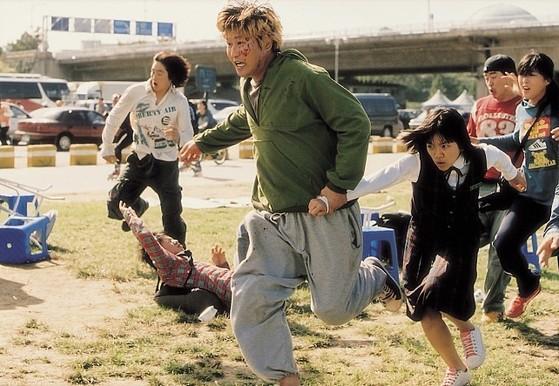 2006년 봉준호 감독의 영화로는 처음 칸영화제 감독주간에 초청돼 주목받은 영화 '괴물'. 국내 1300만 관객을 모으며 큰 흥행을 거뒀다. [사진 쇼박스]