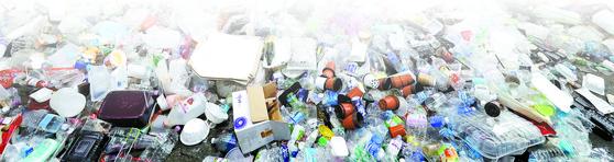 신종 코로나바이러스 감염증(코로나19) 재확산으로 비대면 소비가 늘면서 플라스틱 등 일회용 용기의 배출이 급증했다. 지난 2일 오후 경기도 용인시 재활용센터에 폐기물이 쌓여있는 모습. [뉴스1]