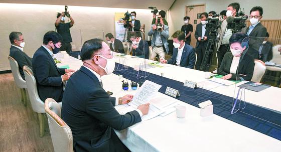 코로나 피해 상인에 임대료 감액 요구권…재산권 침해 논란