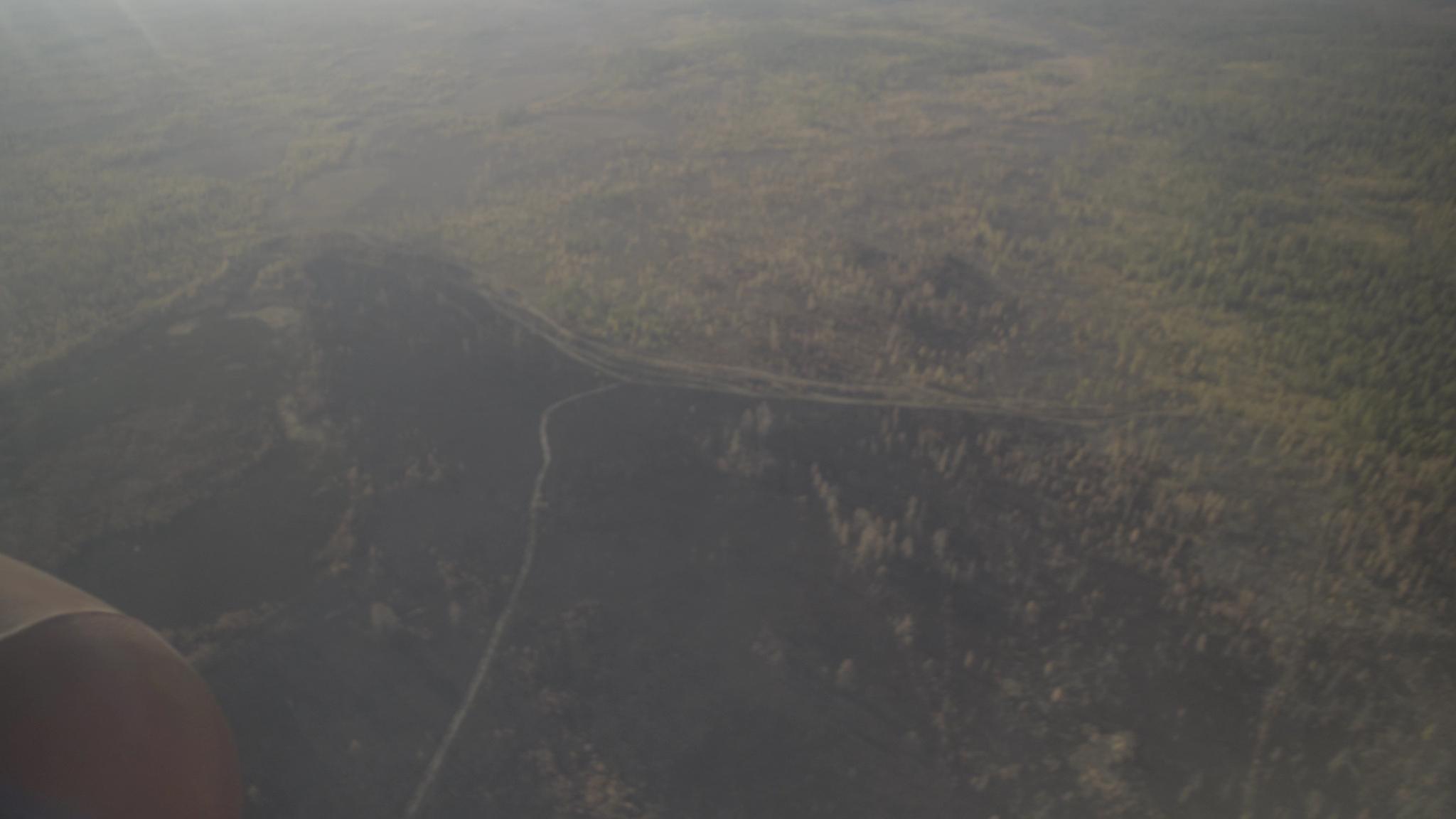 지난달 하늘 위 헬리콥터에서 내려다본 러시아 사하공화국 빌류이스키 숲. 화마가 한번 휩쓸고 간 곳은 주변과 달리 검은색으로 변했다. 적지 않은 면적이 폐허가 됐다. 사진 sreda studio