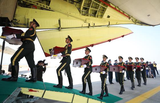 지난해 4월 열린 제6차 중국군 유해 인도식에서 중국군 의장대가 유해가 담긴 봉안함을 중국 공군 수송기로 운구하고 있다. 올해는 예년과 달리 인도식이 9월 27일에 열린다. [공항사진기자단]