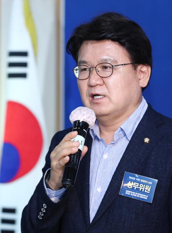 울산시장 선거개입 의혹의 주요 피고인인 황운하(사진) 더불어민주당 의원의 지난달 열린 대전시당 정기대의원대회에서 인사말을 하고 있다. [뉴스1]