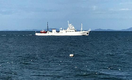 서해 북방한계선(NLL) 인근 해상에서 어업지도 업무를 하다 돌연 실종된 해양수산부 소속 공무원이 북한 측의 총격을 받고 숨져 충격을 주고 있는 가운데 24일 오전 공무원 A씨(47)가 탑승한 어업지도선(무궁화10호, 499톤)이 소연평도 남방 5마일 해상에 떠 있다. 해경은 이날 오전 11시경 무궁화호에 대한 조사를 시작해 A씨의 개인 소지품을 확보하고 선내 폐쇄회로(CC)TV, 통신 등 A씨의 행적에 관련된 사항을 조사중이다. 뉴스1