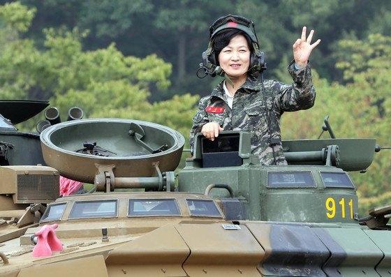 2016년 9월 당시 민주당 대표 자격으로 경기 김포시 해병대 2사단을 방문한 추미애 법무부 장관이 장갑차를 시승하고 있다. 중앙포토