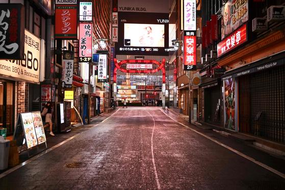 신종 코로나바이러스 감염증(코로나19)의 급속한 확산에 따라 일본 정부가 긴급사태를 선언한 뒤인 지난 4월 11일 밤 도쿄의 유흥업소 밀집 지역인 신주쿠 가부키초 거리. [AFP=연합뉴스]