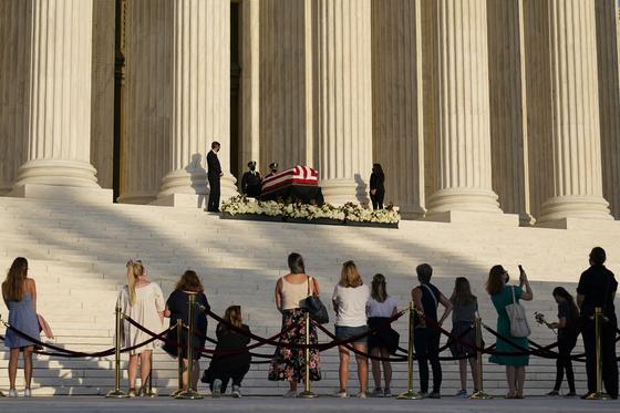 23일(현지시간) 고 루스 베이더 긴즈버그 미 연방대법관을 조문하기 위한 시민들이 그의 관이 안치된 워싱턴 연방대법원을 찾았다. 긴즈버그 대법관은 지난 18일(현지시간) 암으로 사망했다.[AP=연합뉴스]
