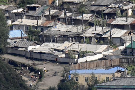 지난 5일 북한 양강도 혜산시 시내를 흐르는 개천에 주민들이 모여있는 모습. 중국 지린(吉林)성 창바이(長白)조선족자치현에서 촬영했다. [연합뉴스]