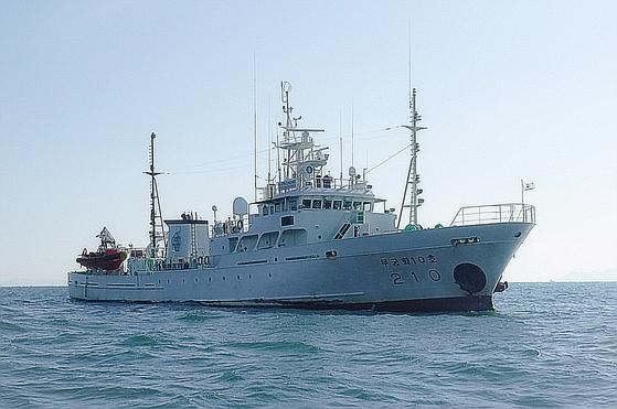 국방부가 서해 북방한계선(NLL) 인근 해상에서 어업지도 업무를 하다 돌연 실종된 해양수산부 소속 공무원이 북한 측의 총격을 받고 숨졌다고 24일 밝혔다. 사진은 북방한계선(NLL) 인근 소연평도 남방 1.2마일 해상에서 업무중 실종된 서해어업지도관리단 소속 어업지도 공무원 A씨(47)가 탑승한 어업지도선 무궁화 10호(499톤)의 모습. 뉴스1