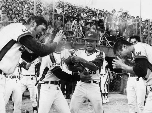 롯데 자이언츠가 84년 프로야구 후기리그 우승을 차지한 뒤 선수들이 샴페인을 터트리며 기뻐하고 있다. 중앙포토