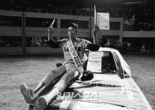 1984년 프로야구 올스타전에서 미스터 올스타로 뽑힌 동군의 김용희(롯데)가 부상으로 받은 맵시나 승용차 위에서 모자를 들어 팬들의 환호에 답하고 있다. IS포토