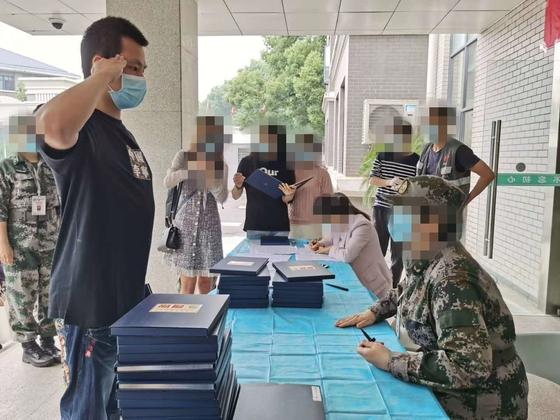 3월 19일 칸시노사 백신 1차 임상 시험이 우한에서 진행됐다. 지원자 108명 중 1명인 전직 군인 주아오빙. [본인 제공]