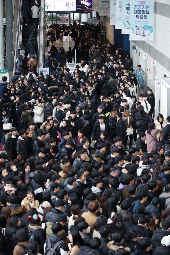 지난 1월 서울 서초구 aT센터에서 열린 2020 공공기관 채용정보 박람회를 찾은 학생들과 구직자가 입장을 기다리고 있다. 연합뉴스