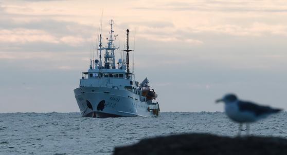 서해 연평도 인근 해상에서 실종된 공무원이 승선했던 어업지도선 무궁화10호가 25일 오전 대연평도 인근 해상에 정박해 있다. 뉴스1