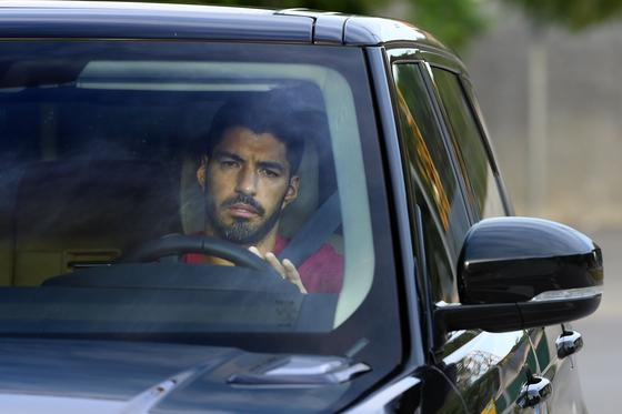 슬픈 표정으로 훈련장을 떠나는 수아레스. 24일 AT마드리드로 이적했다. [AFP=연합뉴스]