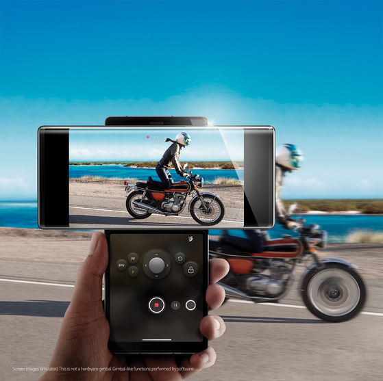 LG 윙은 스크린을 돌리면 'ㅜ' 'ㅏ' 'ㅗ' 등 다양한 형태로 사용할 수 있다. 특히 '짐벌 모션 카메라'는 이용자가 뛰면서 동영상을 촬영할 때에도 흔들림 없는 영상을 만들어낸다. 활용하는 스크린은 2개지만 무게는 260g까지 줄였다. [사진 LG전자]