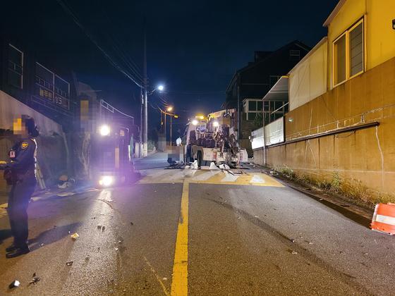 지난 24일 새벽 울산 중구의 한 교차로에서 만취 트럭이 오토바이를 들이 받는 사고가 발생했다. 이 사고로 오토바이 운전자가 숨졌다. [사진 울산경찰청]