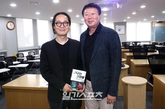 선동열 전 감독은 송길영 다음소프트 부사장(왼쪽)으로부터 '젊은 세대의 트렌드'라는 주제로 강의를 들었다. 정시종 기자
