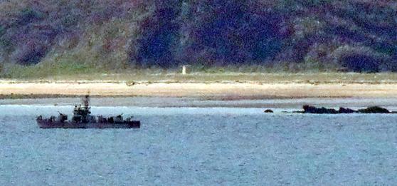 국방부는 24일 실종된 해양수산부 공무원이 북한에 의해 사살된 뒤 불태워졌다고 밝혔다. 이날 실종 공무원이 관측됐던 황해남도 등산곶 해안 인근에 북한 경비정이 떠 있다. [연평도=뉴시스]