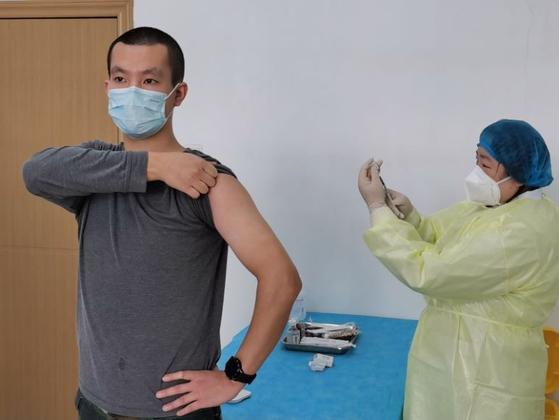 전직 군인 출신 우한 소재 대학원생 주아오빙(23)은 지난 3월 19일 칸시노사의 1차 백신 임상 시험에 자원했다. [본인 제공]