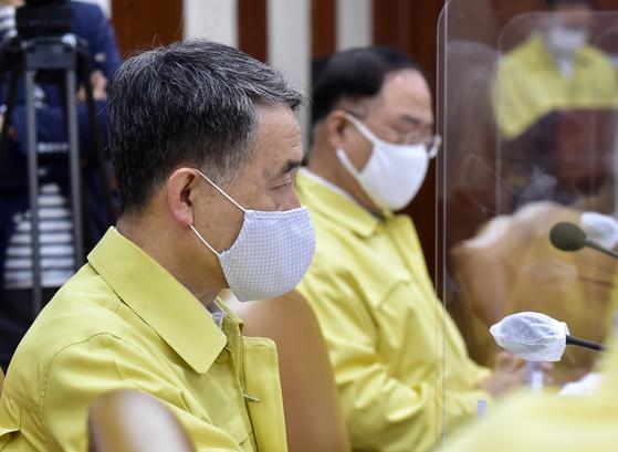 박능후 보건복지부 장관이 25일 오전 서울 종로구 정부서울청사에서 열린 코로나19 대응 중앙재난안전대책본부 회의 에 참석해 자리하고 있다. 뉴시스