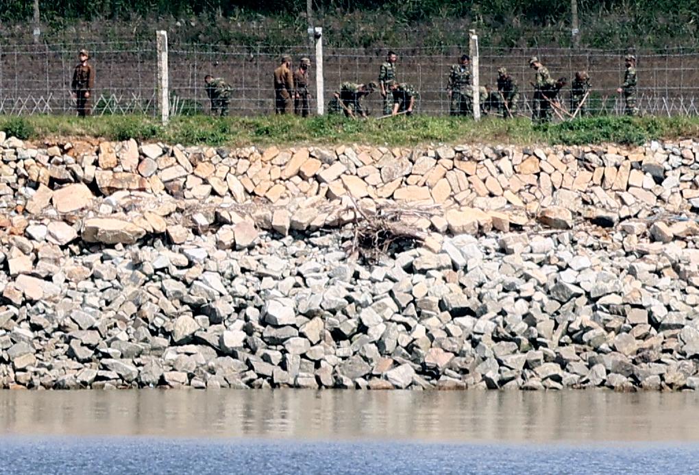 인천 강화군 평화전망대에서 바라본 북한 황해북도 개풍군 초소 인근 철책에서 북한군이 작업을 하고 있다. 연합뉴스