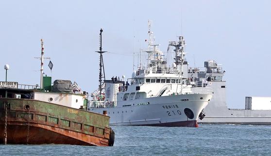 24일 인천시 옹진군 연평도 해상에 정박된 어업지도선 무궁화 10호. 뉴시스