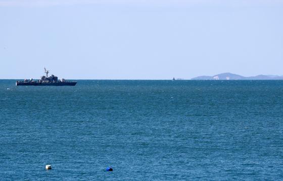 25일 오후 인천 옹진군 연평도 앞 북방한계선(NLL) 인근 해상에서 해군 고속정이 기동하고 있다. 오른쪽은 북한 황해남도 등산곶. [뉴스1]