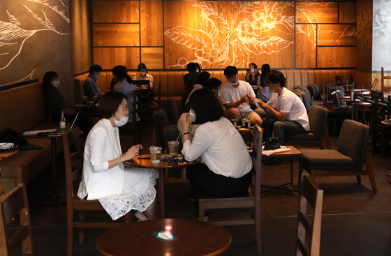 14일 오후 서울 서초구의 한 프랜차이즈 카페에서 시민들이 커피를 마시고 있다. 뉴시스