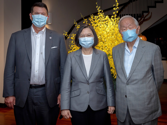 차이잉원 대만 총통(가운데)이 18일 키스 크라크 미국 국무부 경제차관(차이 총통 왼쪽), 장중머우 전 TSMC 회장과 함께 사진 촬영을 하고 있다. [대만 총통실 트위터]