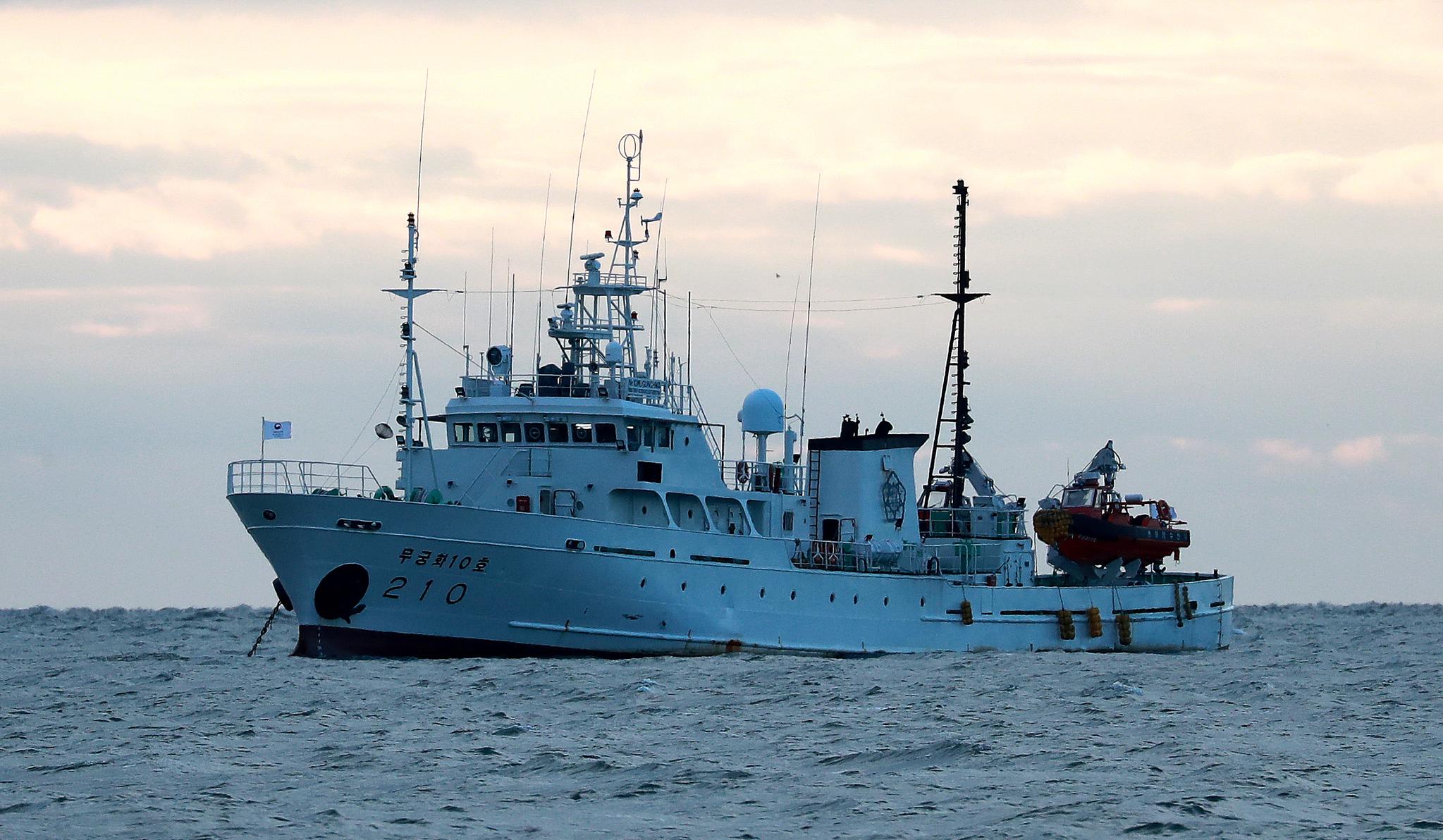 서해 북방한계선(NLL) 인근 해상에서 실종된 공무원이 승선했던 어업지도선 무궁화10호가 25일 오전 대연평도 인근 해상에 정박해 있다. 뉴스1