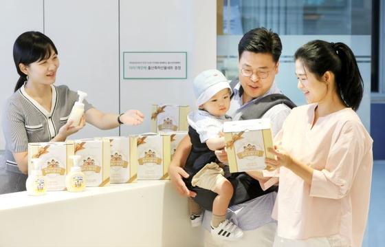 신생아 가정에 손 세정제 지원 … 지자체와 손잡고 출산장려 사업 확대