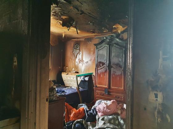 단둘이 끼니를 해결하려다 화재가 발생해 큰 화상을 입은 초등학생 형제를 구조한 빌라 안방의 화재 진압 직후 모습. [사진 미추홀소방서]