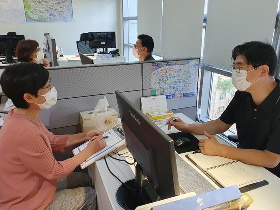 서울 성동구(구청장 정원오)는 50ㆍ60대 퇴직 전문인력을 활용해 지역 내 소상공인, 중소기업의 경영 애로사항을 해결해 주는 '신중년 무료 컨설팅 서비스'를 운영하고 있다. 뉴시스