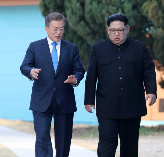 지난 2018년 4월 27일 판문점에서 문재인 대통령과 김정은 북한 국무위원장. [중앙포토]
