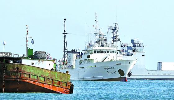지난 21일 서해북방한계선 인근에서 실종된 해양수산부 공무원이 탑승했던 어업지도선 무궁화10호가 24일 연평도 해상에 정박해 있다. [뉴시스]
