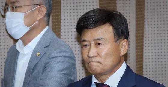김원웅 광복회장이 지난달 24일 국회 소통관에서 기자회견을 마친 뒤 걸어나가고 있다. 연합뉴스