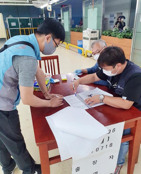 현대차 노조 조합원들이 25일 올해 임금협상 잠정합의안 찬반투표를 하고 있다. 이날 투표는 울산·전주·아산공장, 남양연구소 등 전국 사업장에서 진행되고 있다. [연합뉴스]