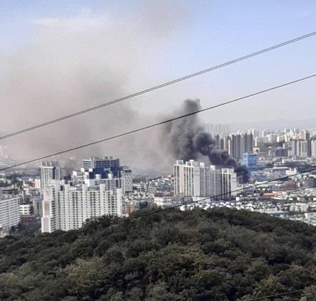 인천 가좌동 자동차 부품공장에서 26일 오전 화재가 발생했다. [연합뉴스]
