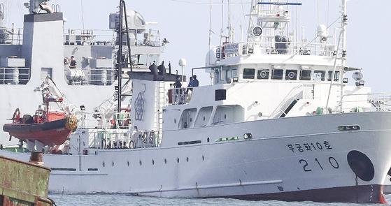 서해 북방한계선(NLL) 인근 해상에서 북에 피격당해 숨진 공무원이 승선했던 어업지도선 무궁화10호가 24일 오후 해양경찰의 조사를 위해 대연평도 인근 해상에 정박해 있다. 뉴스1