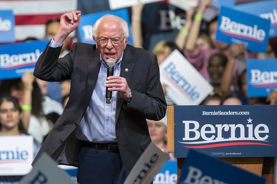 미국 민주당 대선후보 경선에서 존 바이든 부통령과 박빙의 경쟁을 펼쳤던 버니 샌더스 상원의원이 지난 2월 버지니아주 리치몬드 유세에서 연설하고 있다. [EPA]