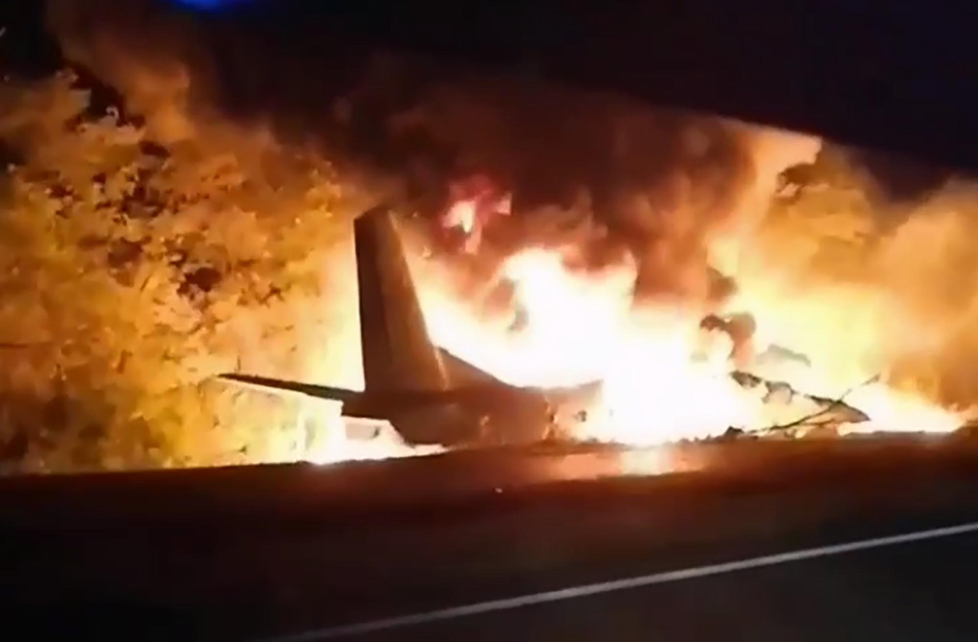 25일(현지시간) 우크라이나 하리코프 인근 한 마을에서 안토노프(An)-26 군 수송기가 추락해 불에 타고 있다. 현지 당국은 이 사고로 비행학교 학생 등 탑승자 27명 중 22명이 숨지고 2명이 중상을 입었다고 밝혔다. AP=연합뉴스