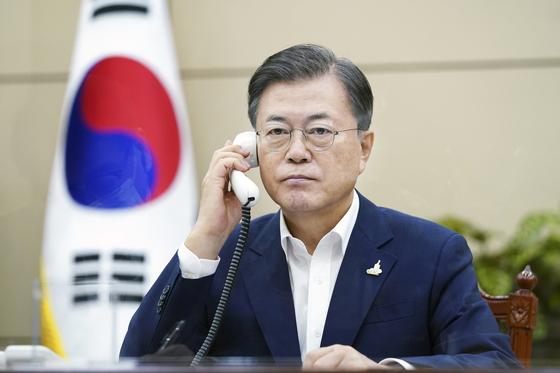 문재인 대통령이 24일 청와대 여민관에서 스가 요시히데 일본 총리와 전화 통화하고 있다. 청와대 제공