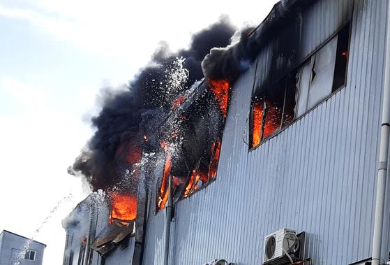 26일 오전 인천시 서구 가좌동의 한 자동차 부품 제조공장에서 불이나 검은 연기가 치솟고 있다. [뉴스1]