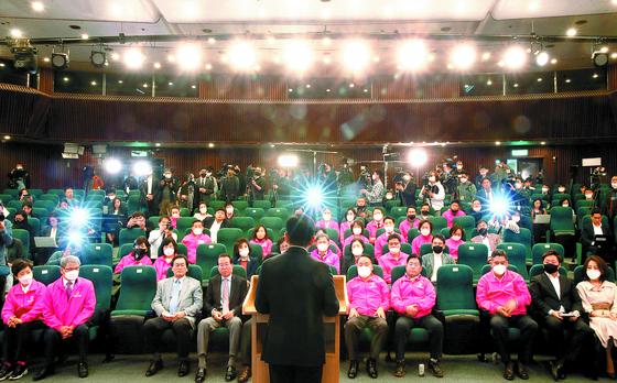 황교안 전 대표가 지난 4월 15일 서울 여의도 국회도서관에 마련된 개표상황실에서 긴급기자회견을 열고 당 대표직 사퇴를 발표하는 모습. 오종택 기자