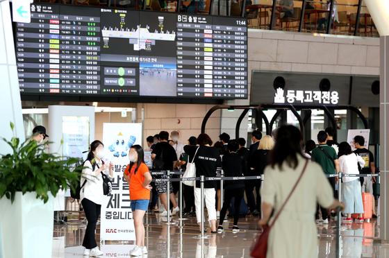 지난 7월 15일 김포공항 출국장에 제주행 여행객이 줄지어 대기하고 있다. 뉴스1