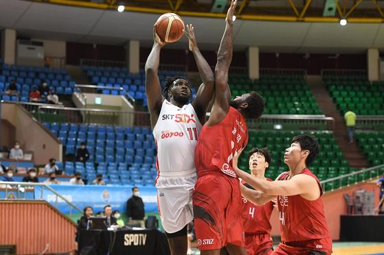 KGC전에서 슛을 시도하는 SK 외국인 선수 워니(왼쪽). [사진 KBL]