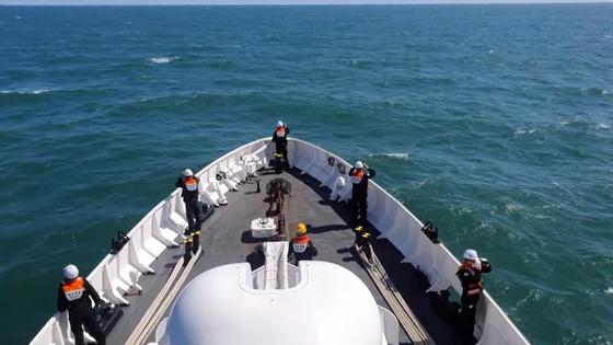 소연평도 인근 해상에서 실종됐던 해양수산부 소속 어업지도선 공무원이 북한군에 피격 사망해 충격을 주는 가운데 26일 해양경찰 경비함에서 어업지도선 공무원 시신 및 유류품을 수색하고 있다. 인천해경 제공=뉴스1